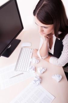 Retrato, de, mulher, trabalhando, escritório