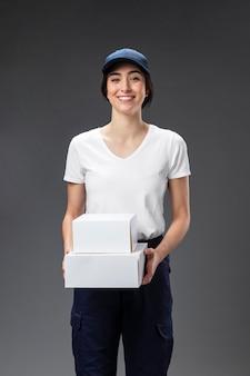Retrato de mulher trabalhando para serviço de entrega
