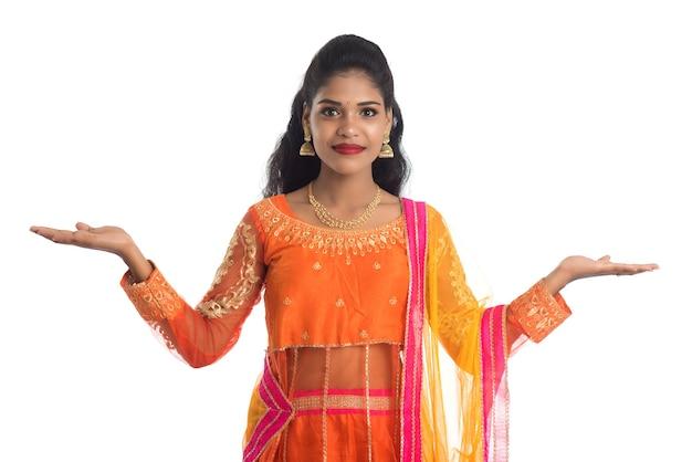 Retrato de mulher tradicional indiana apresentando algo disponível