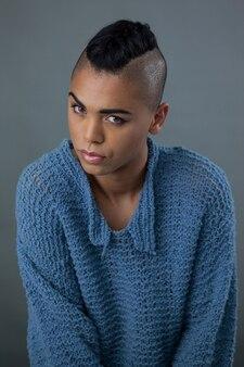 Retrato de mulher transexual vestindo suéter azul