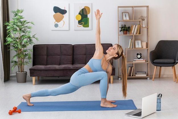 Retrato de mulher treinando em casa no tatame