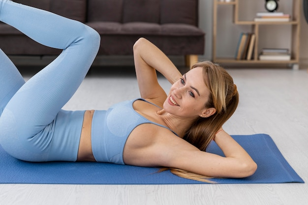 Retrato de mulher treinando em casa
