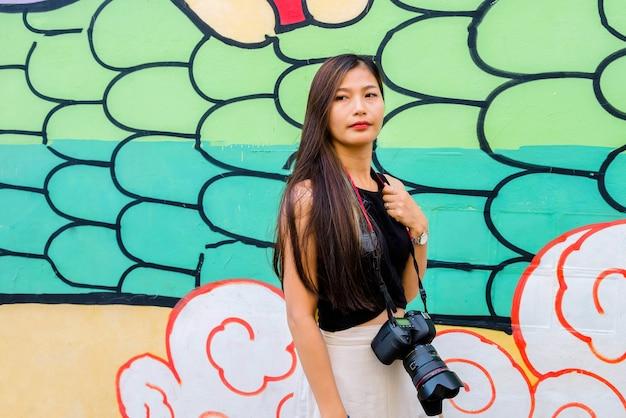 Retrato de mulher, turistas tailandeses gostam de fotografia, adoram viajar, viajar em viagem de férias assistir ao nascer do sol e à névoa matinal na província de yala, no sul da tailândia, na ásia.