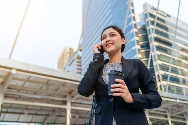 Retrato de mulher usando celular