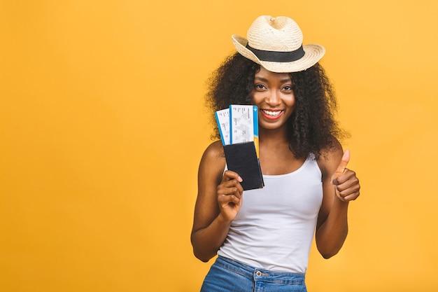 Retrato de mulher usando chapéu e passaporte com passagens de avião