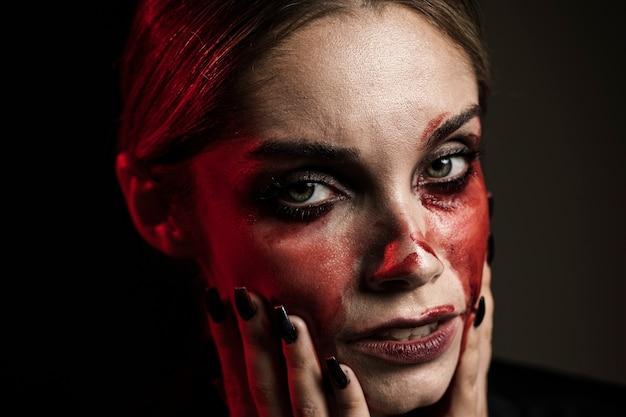 Retrato de mulher usando maquiagem de sangue falso