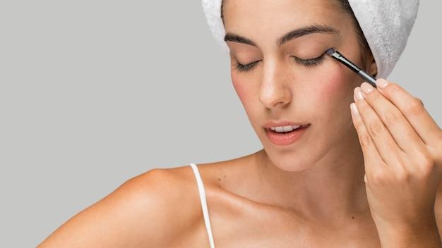 Retrato de mulher usando maquiagem
