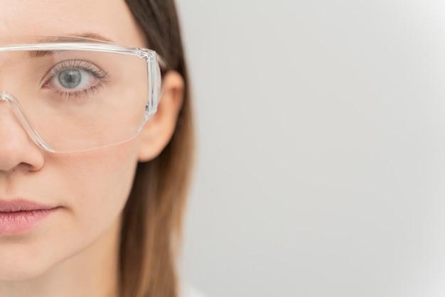 Retrato de mulher usando óculos de proteção com espaço de cópia