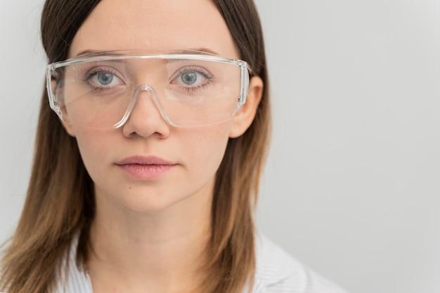 Retrato de mulher usando óculos de proteção