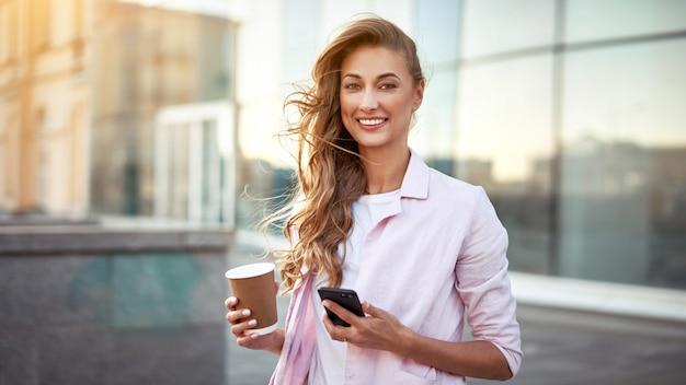 Retrato de mulher usando telefone