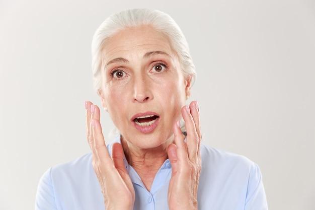 Retrato de mulher velha bonita espantada