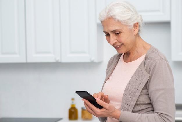 Retrato de mulher verificando seu telefone