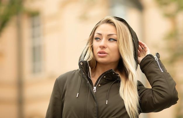 Retrato de mulher vestindo jaqueta ao ar livre