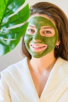 Retrato de mulher vestindo uma máscara facial