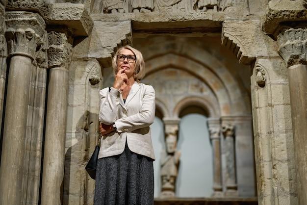 Retrato de mulher visitando o museu