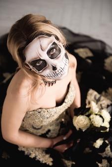 Retrato de mulher zumbi com cara de caveira pintada