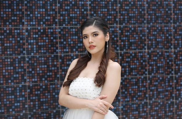 Retrato de mulheres asiáticas com skincare saudável contra o fundo da parede.