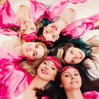 Retrato de mulheres bonitas em vestes cor de rosa, comemorando o chá de panela.