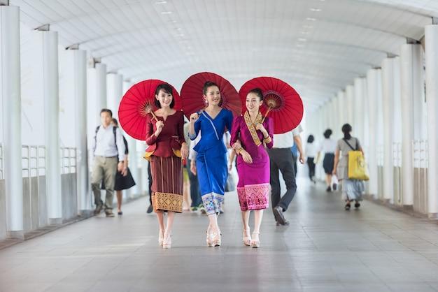Retrato de mulheres bonitas laos usam vestido tradicional, conceito de viajante em bangkok, tailândia