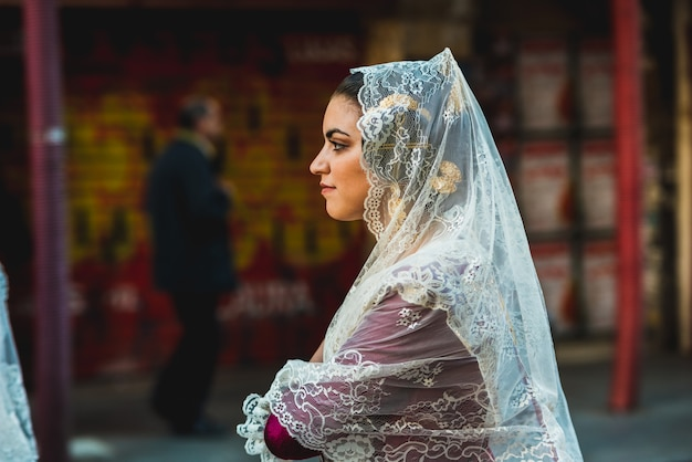 Retrato de mulheres falleras, vestindo o traje tradicional de fallas no dia da oferenda à virgem durante o desfile