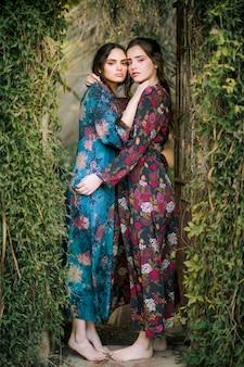 Retrato, de, mulheres, ficar, e, abraçando, um ao outro