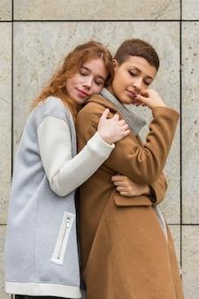 Retrato de mulheres jovens juntas