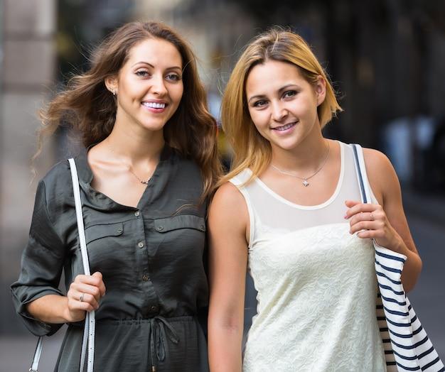 Retrato de mulheres jovens lindas caminhando