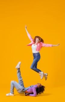 Retrato de mulheres jovens pulando
