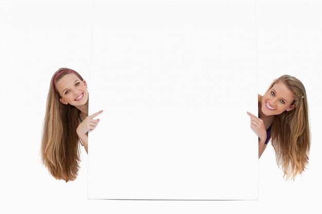 Retrato de mulheres longas de cabelo de volta de um sinal em branco
