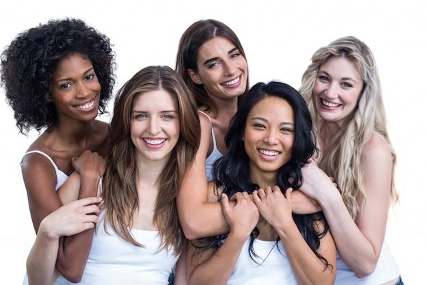 Retrato de mulheres multiétnicas, abraçando uns aos outros