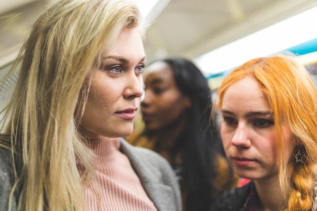 Retrato de mulheres no trem de tubo lotado