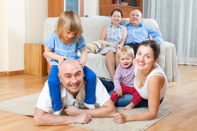 Retrato de multigeneração feliz