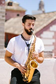 Retrato, de, músico, tocando, saxofone