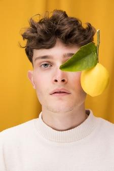 Retrato, de, na moda, menino, com, limão