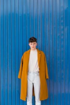 Retrato, de, na moda, menino, contra, parede azul