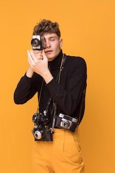 Retrato, de, na moda, menino, fazendo exame uma foto