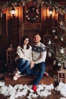 Retrato de natal de um jovem casal