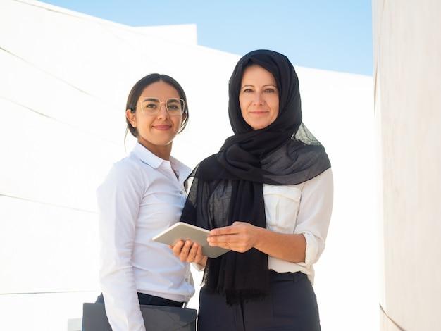 Retrato de negócios de mulheres de negócios multiculturais de sucesso