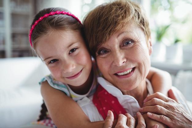Retrato de neta, abraçando a avó