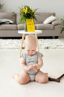 Retrato de neto brincando na casa de avós