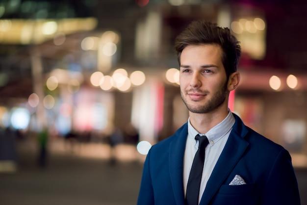 Retrato de noite de homem de negócios
