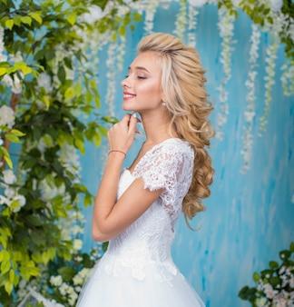 Retrato de noiva com buquê de flores. lindo retrato de noiva, maquiagem e penteado de casamento,