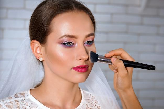 Retrato de noiva em salão de maquiagem
