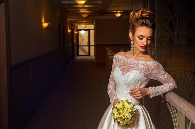 Retrato de noiva jovem e atraente loira