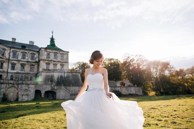 Retrato de noiva jovem feliz no vestido branco