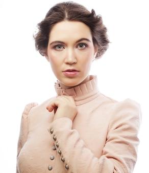Retrato de noiva jovem linda no vestido rosa