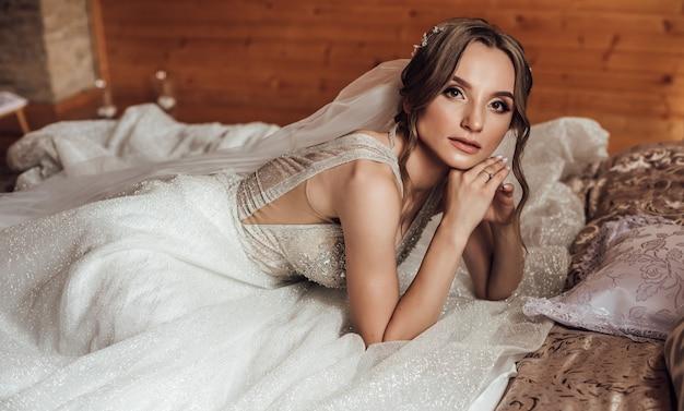 Retrato de noiva linda com véu sobre o rosto. feche o retrato da jovem noiva linda. casamento.