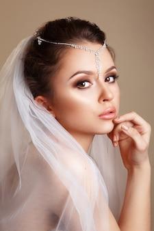 Retrato de noiva linda com véu