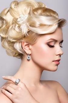 Retrato de noiva linda. penteado.