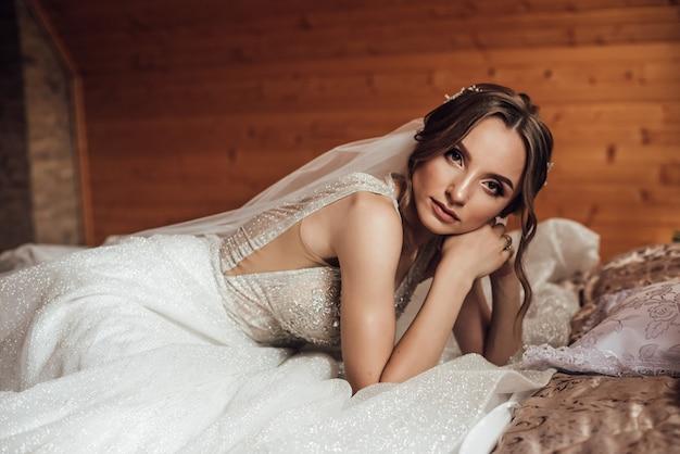 Retrato de noiva sensual linda. preparação da manhã antes da cerimônia de casamento.
